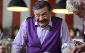 Звезда «Кухни» устроил потасовку у театра в Москве
